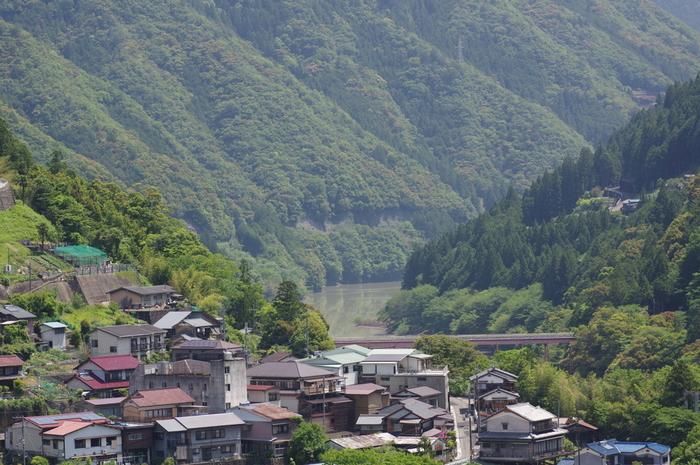 十津川村は、和歌山県と三重県の県境に位置する奈良県最南端に位置する村です。村としての面積は日本最大で、その広さは東京23区を超えています。