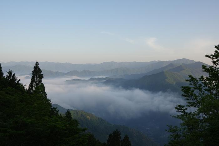 幾重にも連なる美しい山容、深緑に包まれた豊かな森、立ち込める霧が織りなし、太古から神々が宿っている神域のような雰囲気を醸し出しています。