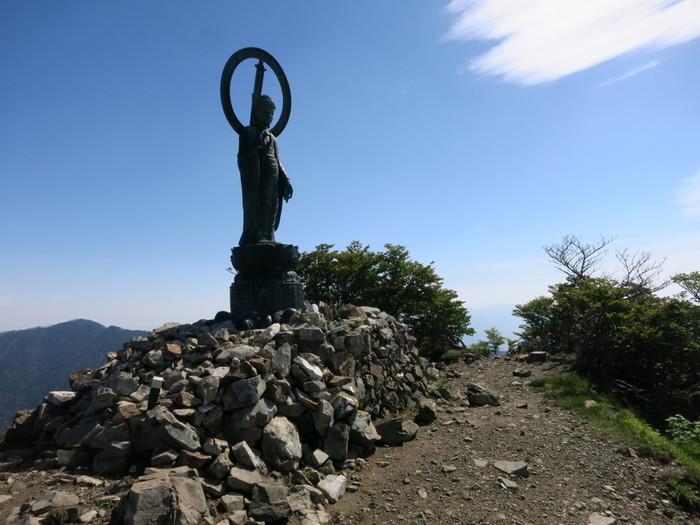 山頂に釈迦如来像が安置されている釈迦ヶ岳は、標高1800メートルの山です。日本二百名山の一つにも数えられており、近畿地方南部を代表する山の一つでもあります。