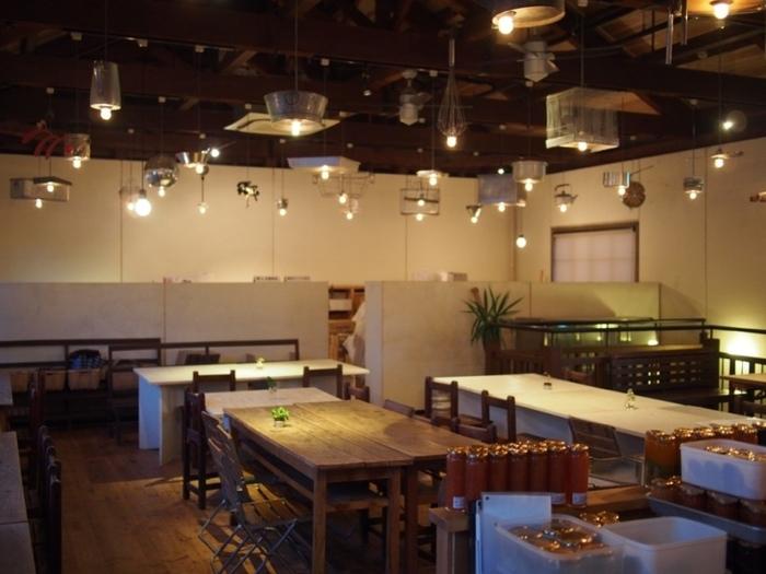 """「林源十郎商店」本館2Fの生活デザインミュージアム倉敷 """"ミュージアムカフェ""""は、町屋喫茶三宅商店(後述)の姉妹店。 店内には、桃やパイン、ラズベリーやミルク等が2層になった手作りジャム。カフェでは、季節の果物を使ったジャムの他、お土産にぴったりの焼き菓子等が販売されています。人気は、岡山の白桃を使ったジャムです。"""