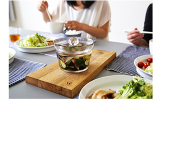 夏の食卓に自然と溶け込むKINTOの浅漬け鉢。大きさも程よいので、このまま出しても家族数人ならあっという間に食べきることができます。