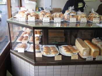ショーケースには食パンを始めあんパンやクリームパンなど日本のスタンダードなパンたちが並びます。タイルと木枠の内装も素敵です。
