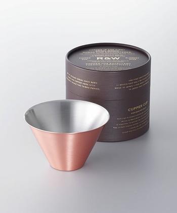 こちらは、<RED&WHITE>の純銅製モスコミュール専用カップ。熱伝導の高い銅製のカップは、冷たさが伝わりやすく、いつまでも維持するとも言われています。自宅にいながら、バーのような本格的な雰囲気を楽しむことも出来ます。