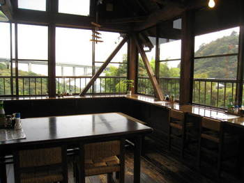 店内からは広い窓から明礬橋の美しいアーチが。店先には湯の花小屋もあり、温泉地の風景を作っています。