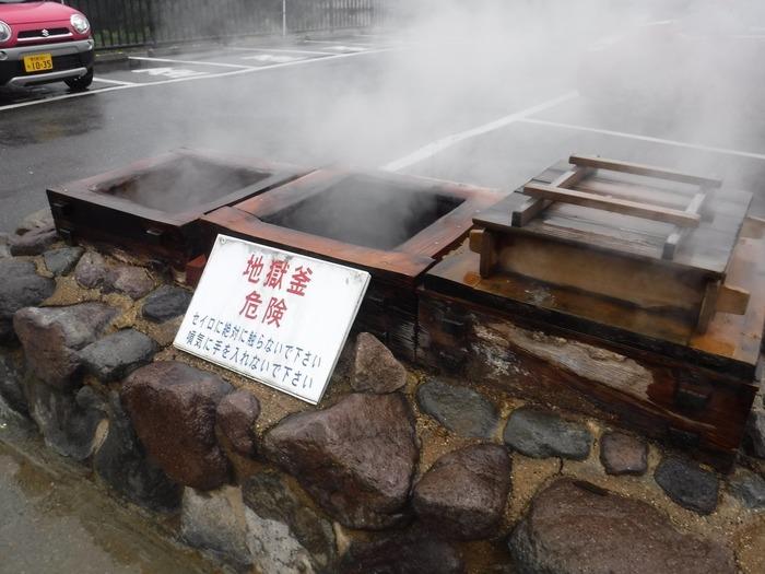 店頭からはもうもうと立ち上がる煙が。店先には地獄窯と呼ばれる温泉の蒸気を利用したセイロが設置されています。