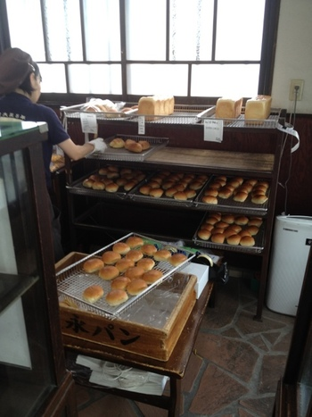 毎日焼きたてのパンは、ショーケースの他にもずらりと並べられます。あんパン90円~、フランスパン70円とお手頃な価格も庶民的で親しみやすいですね。