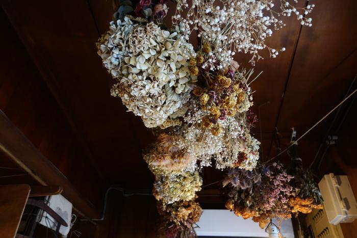 昔頂いたお花からご夫婦のウエディングブーケまで、こつこつドライフラワーにして飾られたお花たち。天井を見上げるたび、大切な人たちとのなつかしい時間を思い出させてくれるそうです。