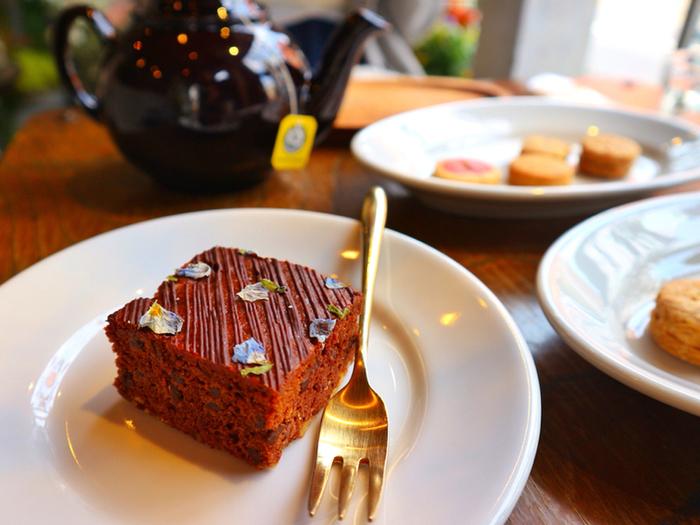 カフェメニューは、平日と土日祝日で少し異なります。平日はドリンクメニューの他、4種のクッキープレートを(ケーキは日によります)、土日祝日はドリンクメニューの他、お花を使ったデザートを3~4種類を用意してるそう。