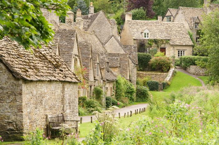 溢れる自然に囲まれ、のどかな田園風景が広がる「コッツウォルズ」。約160㎞にわたり、はちみつ色のかわいい家が立ち並ぶ小さな村が点在しています。写真の「バイブリー」は「英国で最も美しい村」と称されています。