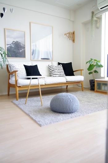 全体的に低い家具を配置、色味を統一することでシンプルで落ち着いた雰囲気に。