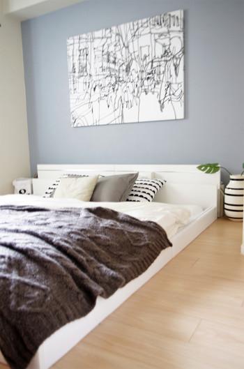 ベッドルームのコーディネート例。 北欧インテリアに多いウォールデコレーション。お気に入りの絵やパネルを飾ってみるだけで部屋の印象はがらりと変わります。