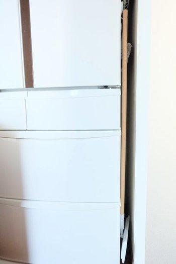 立てかけておくとバタンと倒れてストレスになるモップ類。汚れも気になるので、できれば目に触れないところに収納したいものです。  冷蔵庫と壁のほんの少しの隙間にフックをかけてひっかければ、倒れず・見せずに収納できます。写真の隙間はなんと7㎝だそうです。何も入らないと思っていた隙間も大活用ですね。