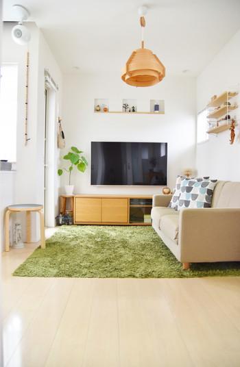 壁や天井の白、床やインテリアのナチュラルな色が明るいリビングの雰囲気を作ってくれます。 床のラグと観葉植物のグリーンも素敵。