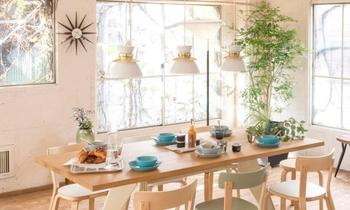 小さなペンダントライトを等間隔に配置するだけでオシャレな雰囲気に。テーブルの上に飾られたグリーンも参考にしたいポイント。
