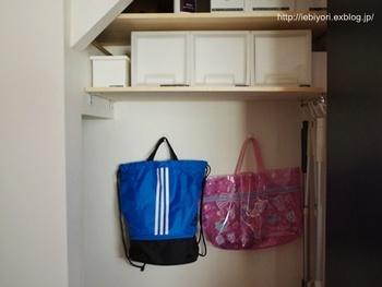 階段下収納は、普段使わないものを収納するのに便利です。普段使わないもの、といえば「シーズンもの」。こちらの収納では、普段はキャスター付きの収納ボックスを上の棚まで入れて使っています。  キャスターを引き出したら、壁面にプールバッグが隠れているんです。プールの授業以外は使わないこれらのものは、前面に出しておく必要はありませんよね。壁の隙間に収納すれば、邪魔にならず取り出すのも楽ちんです。