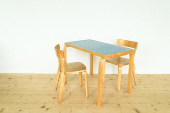 シンプルだけど、日本のものにはない!と思わせてくれる天板のブルーが素敵なダイニングテーブル。