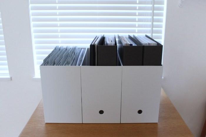 大きいサイズのファイルボックスには、取扱説明書や保険関連の書類をひとまとめにして。いざというときに、さっと取り出せるようにいつでも整理しておきたい書類に無印のファイルとファイルボックスは重宝します。