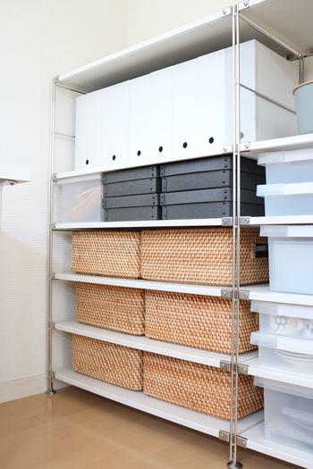 手編みのラタンバスケットは味わいのある収納に。大きめの収納ボックスの中には小さいボックスなどを入れて区切るようにして使うと、アイテムがずれることがありません。