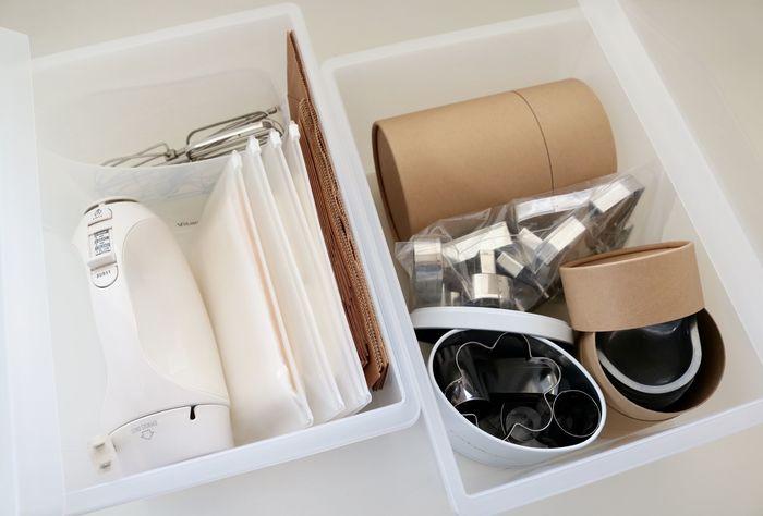 お菓子の型などの小さなアイテムはそのままケースには入れずに、箱やビニール袋にまとめてから収納することで取り出しやすさがアップします。
