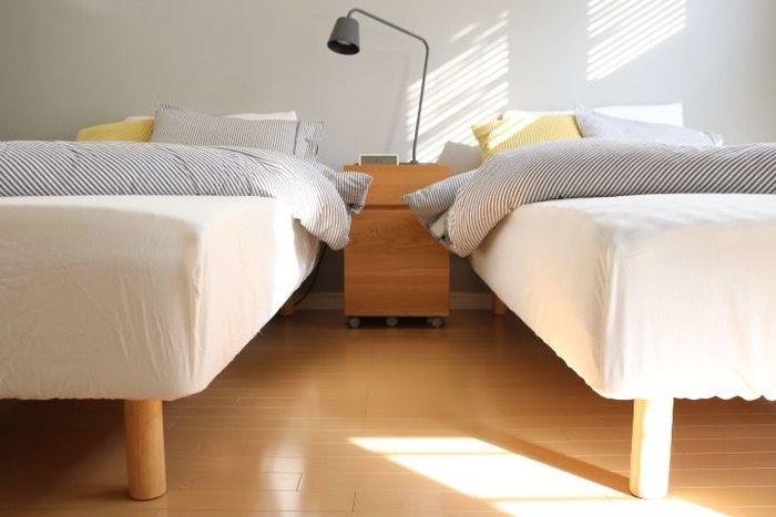 無印の体圧分散ウレタンマットを使ったベッド。朝の目覚めがすっきりとして、一日を活動的に過ごせます。しかも、収納に便利な不織布のケースに入っているので、クローゼットなどにもきれいにしまうことができます。