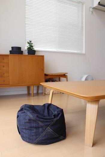ころんとしたフォルムが可愛いパイプクッションは、ローテーブルに合わせても素敵です。デニム素材なので、ナチュラルな家具によく似合いますね。