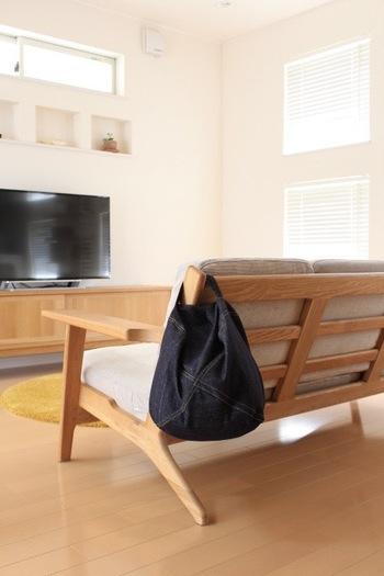 こちらのクッション、持ち手がついているというとてもユニークな形状をしています。普段はソファの背もたれにかけておけば、床の上をお掃除するのもラクチンです。
