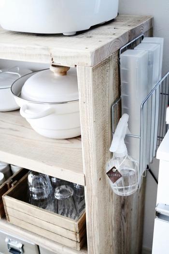 ゴミ箱が収納されたレンジ台とキッチン収納棚の隙間にあるのは、マガジンラック。ねじなどで取り付けて、ラップ収納に使っています。ラップはホイルは引き出しに入れると出すのが大変なので、ワンアクションで取れると便利ですね。