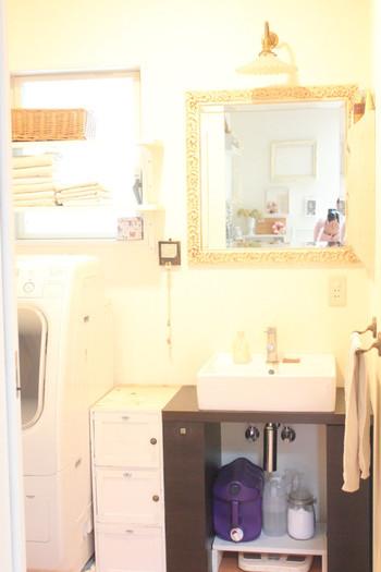 洗濯機と洗面所の隙間、ぴったり埋められたら使いやすいのに…という方はDIYもおすすめです。DIYならぴったりサイズに作れるので、余計な隙間ができることはありません。  この収納は、無印のプラケースが入るサイズにカットして扉をつけています。取っ手の飾りなどをつけても、材料費は約1,400円。ホームセンターで板をカットしてもらえるサービスもありますから、一度試してみてはいかがでしょうか?