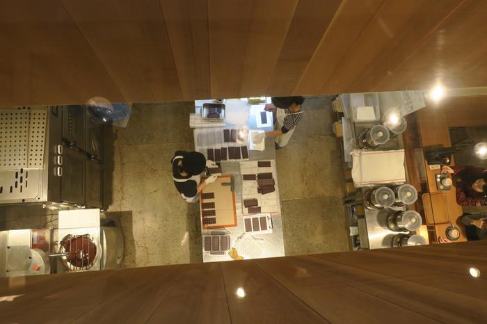 ファクトリースタイルのカフェはナチュラルでスタイリッシュな雰囲気。1階はチョコ作りを間近で見られるファクトリー&スタンド、2階はカフェや体験型のワークショップスペースになっていて、ワクワクする空間が広がっています。3月からは、実際にチョコ作りを学べるファクトリーツアーなども企画予定!
