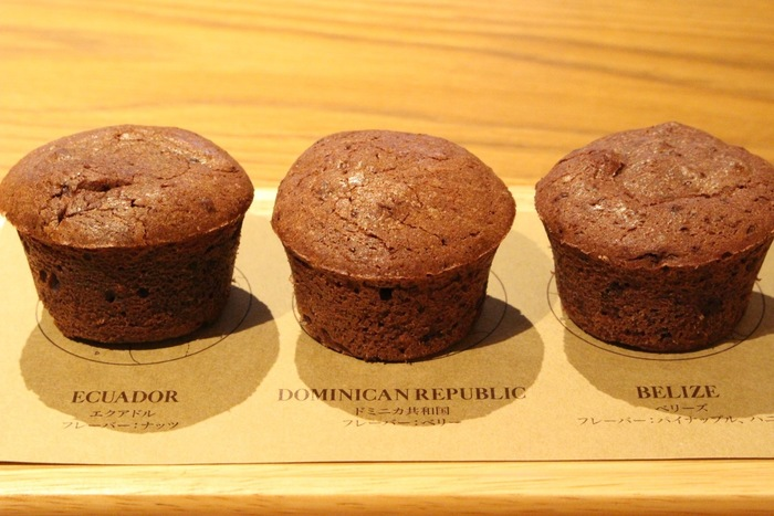 こちらは「ブラウニーバイトフライト」というメニュー。それぞれ違う産地のカカオ豆を使用して作られている3種のブラウニーです。コーヒーのように、豆の産地別で食感や香りの違いを食べ比べながら楽しめるメニューです。
