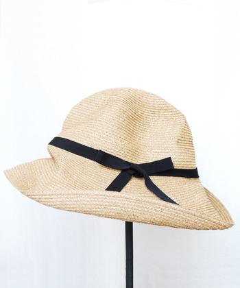 """「mature ha.(マチュアーハ)」の人気アイテム、""""BOXED HAT""""。くたっとした風合いがナチュラルでやさしい雰囲気を演出してくれます。つばが広いのでしっかり日差しを遮ってくれるのも嬉しいですね。"""