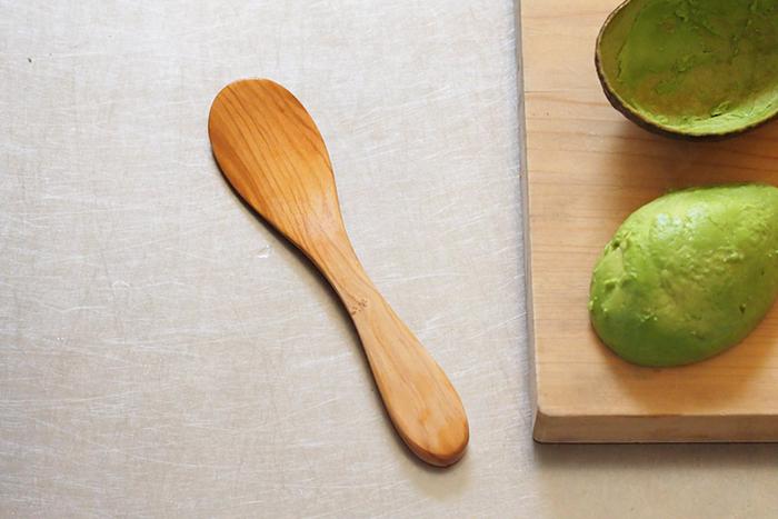 デンマークのキッチンツールブランドのアボカド専用スプーンは、熟したアボカドをつるりときれいにくり抜くことができる便利なアイテム。堅くて丈夫なオリーブウッドは、食材の色や匂いが移りにくいのも特徴です。他にも、ディップやジャムを塗ったり、ちらし寿司のしゃもじ代わりにも使えそうですね。