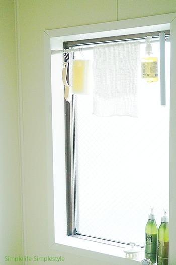 お風呂のお掃除アイテムを窓の隙間にぶら下げる収納術です。日があたるのでカラッと乾いていつもキレイな状態を保てるのが良いですよね。  突っ張り棒1本とS字フックだけでできるので、100円ショップのアイテムでできますよ。お風呂に窓があるご家庭で、ぜひためしていただきたいアイデアです。