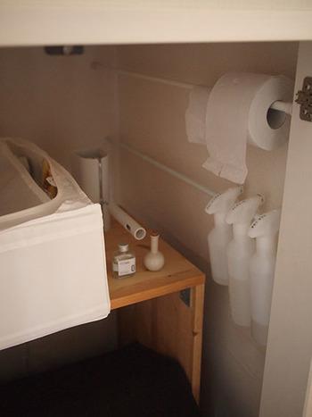 洗面所収納は、突っ張り棒を使うことが多いですね。向かって正面に突っ張り棒を渡す使い方が多いなか、こちらの写真では脇に突っ張り棒を渡しています。  この使い方なら、奥行きをたっぷり使えて収納力がアップしそうです。スプレーやトイレットペーパーが片手で取り出せるので、すぐ使いたい時も便利ですね。