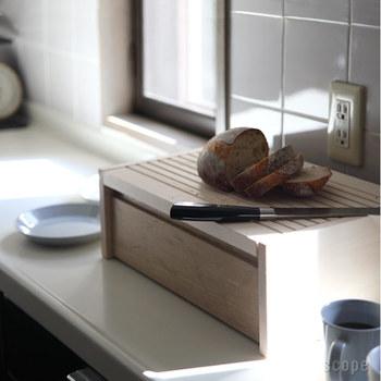 残ったパンを収納しておける、シンプルでおしゃれなブレッドボックス。無加工の無垢木を使っているので安心ですし、適度な湿気も保ってくれます。そして、フタの片面にギザギザがついており、カッティングボードとして使えるのも大きな魅力♪