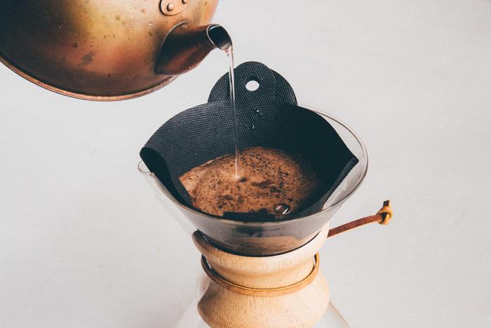 ポリプロピレン不織布でできた、なんと1000回も使えるエコなコーヒーフィルター。折り曲げて使うデザインで、粉がたまる部分がありませんので、とても衛生的で手入れもラクです。コーヒーが落ちる速度も、ペーパーフィルターと同じだとか。