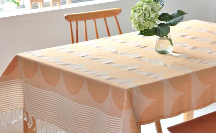 テーブルクロスとしても使えます。 ストール代わりに、ひざ掛けに、収納の目隠しに、、、暮らしの様々な場面で使える、便利で可愛い1枚をいかがですか?