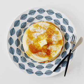 パンケーキを乗せれば、まるでカフェのよう♪メイプルシロップをたっぷりとかけて、贅沢なひと時を。