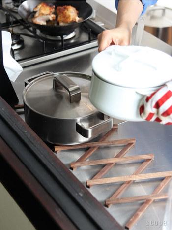 こちらは、調理中に役立つ木製伸縮鍋敷。火にかけたお鍋を冷ましたいけれど、どこに置こうかしら…そんなときに重宝するお助けグッズ。熱いお鍋を置いたり、やかんを置いたり。Lサイズなら、お鍋3つは置けるとか。使わないときは、縮めてコンパクトに。