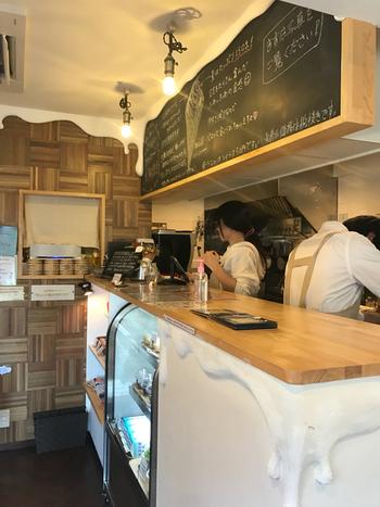 お店自慢のアイスクリームのほかにも、自家焙煎コーヒー・玄米粉ガレット・スイーツなど、こだわりのメニューが楽しめます。店内にはカウンターとテーブル席があり、木のぬくもりあふれる可愛らしい雰囲気です。たまには都会の喧騒から一歩離れた千駄ヶ谷で、リッチな「大人のソフトクリーム」を堪能しませんか?