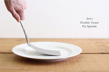 ペコペコと音がするほど極薄なステンレス板を使用したターナー&パイスパチュラは、アメリカではポピュラーなグッズ。煮魚や餃子など煮崩れしやすいものも、失敗なくきれいにすくえます。また、ターナーの片側がのこぎり状になっており、ババロアやケーキなどをカットして、そのままお皿に移すことがでるのも便利です。