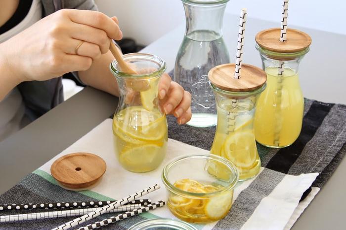 別売りの木のフタとストローを合わせて、レモネードやジュースを入れたらおしゃれなドリンクの完成!普通のグラスで飲むより美味しく感じられそうですね。いろんなフルーツを入れて楽しみたい。