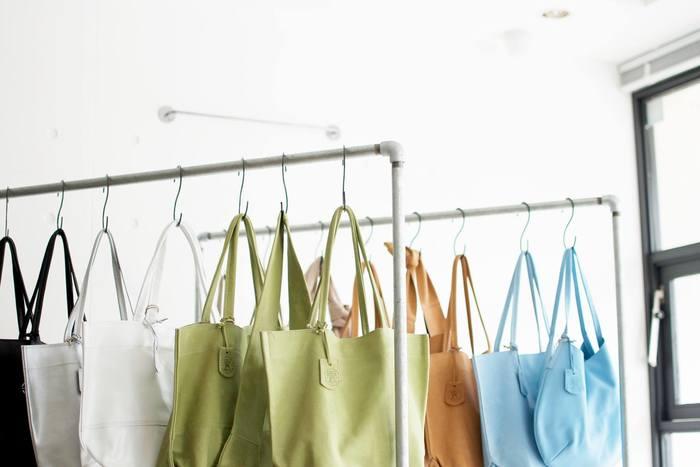 大通りから一本路地に入った蔵前店の内観。ずらりと並んだバッグに、思わず足を止めてしまいます。蔵前散策をしながら、ふらりと立ち寄るお客さんもいらっしゃるんだとか。
