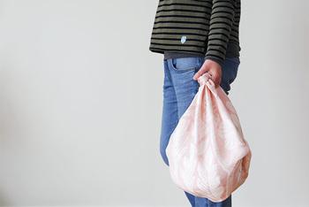 風呂敷のようにバッグとして使うこともできちゃうんです。「荷物が多くなっちゃった...」なんてときも安心です。