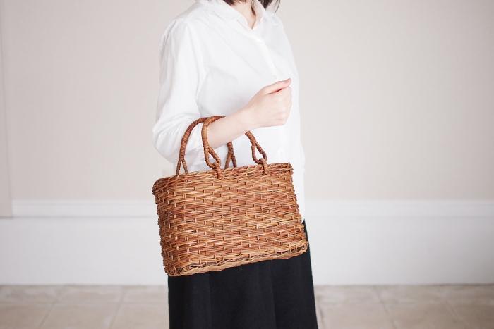縄文時代からの伝統工芸品「あけび細工」。職人の手によって一つ一つ丁寧に作られた、日本の手仕事の美しさと誇りが詰まったかごバッグです。使っていくうちにツヤが出てくるのもこのかごバッグの楽しみの一つ。徐々に変化していく色合いも楽しみましょう。