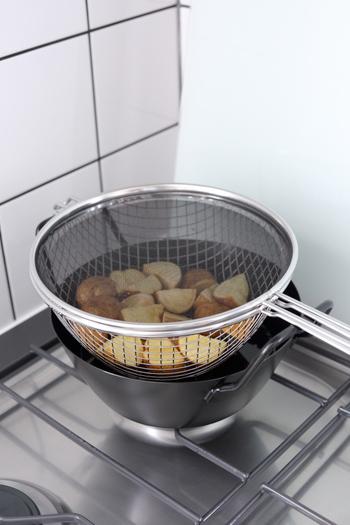 油ハネ防止ネットのメッシュ部分が黒いので、調理中の食材の様子もよく見えるそうです。