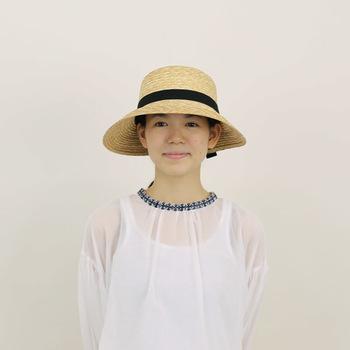 CLASKAで人気の前のつばが広めの「ハノン」はエレガントな雰囲気。黒のリボンがアクセントになっています。いつものコーデにも麦わら帽子をプラスするだけで夏らしさのある装いにしてくれて、紫外線対策にも◎  CLASKAは大人用だけでなく、子供用の麦わら帽子があるのも魅力。親子でお揃いの麦わら帽子でお外ごはんも素敵ですね。