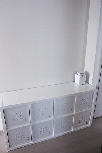 洗濯機と乾燥機に続く廊下にあるランドリースペースには、この場所にあることで暮らしや行動の流れがスムーズになるものを隠す収納で収納。現在は、イケアのKALLAX(カラックス)を横置きで、専用のインボックスLEKMAN(レークマン)を使ってたくさんのモノをカテゴリー分けして整理できる収納スペースにされています。