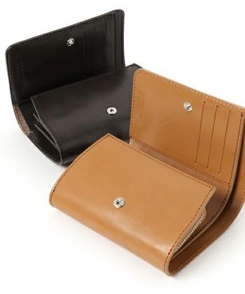 こちらは上質な素材を活かすために、一切装飾が施されていないシンプルな財布。使い込むほどに変化する革の風合いを楽しめます。カラーは、ブラック・ブラウン・キャメルの3色。贈る人を選ばないベーシックカラーです。