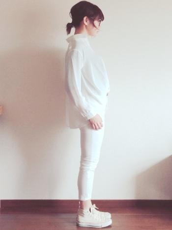 今、ホワイトジーンズがまたじわじわと人気を集めています。でも、白は膨張色だし、全身白だと着太りして見えないか心配な方も多いはず。でも、実は上下との境をあいまいにしてくれるので、目の錯覚を利用して足長効果があるんです!真冬にはローゲージニットなどを合わせて寒さ対策を。同系色のカーディガンを羽織れば、春先にも活躍するアイテムです。